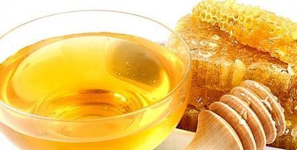 Ухаживайте за губами с помощью меда