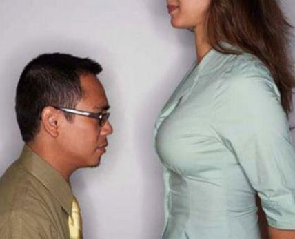 Почему парни трогают у девушки грудь фото 383-871