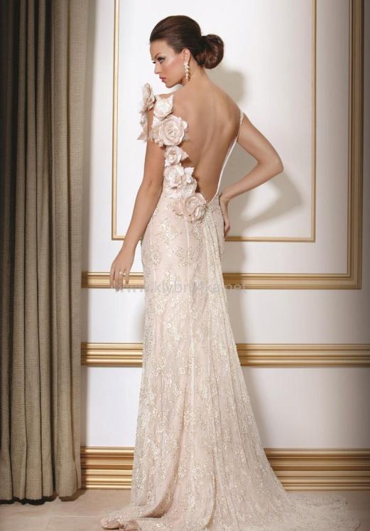 С открытой спиной. Открытая спина в свадебном наряде смотрится очень нежно и сексуально. Особенно красиво выглядит вырез декорированный кружевом и вышивкой