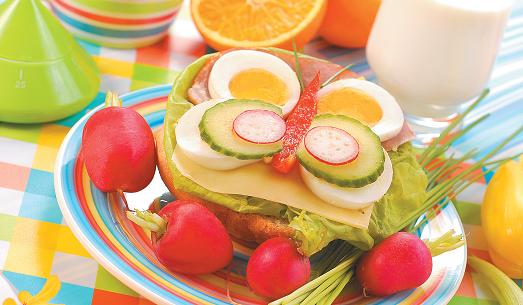 Варить салат с помидор и перца и моркови и лука