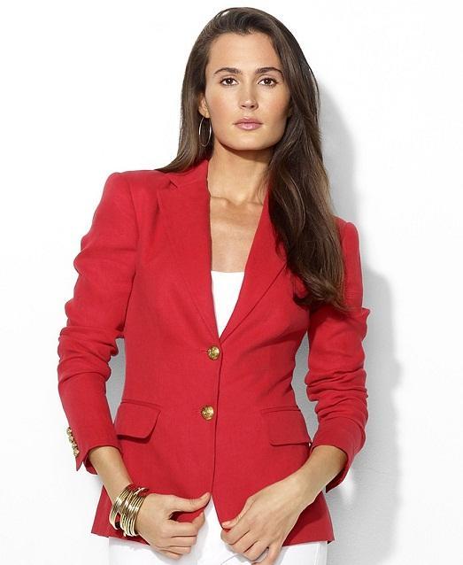 Красный пиджак и белое платье