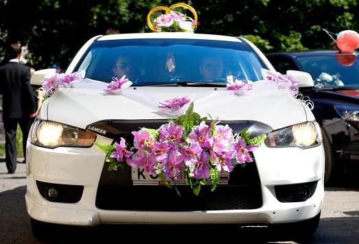 Как украсить белую машину на свадьбу фото