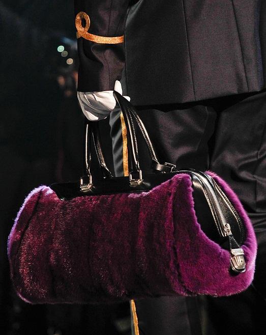 Яркая меховая сумка фото