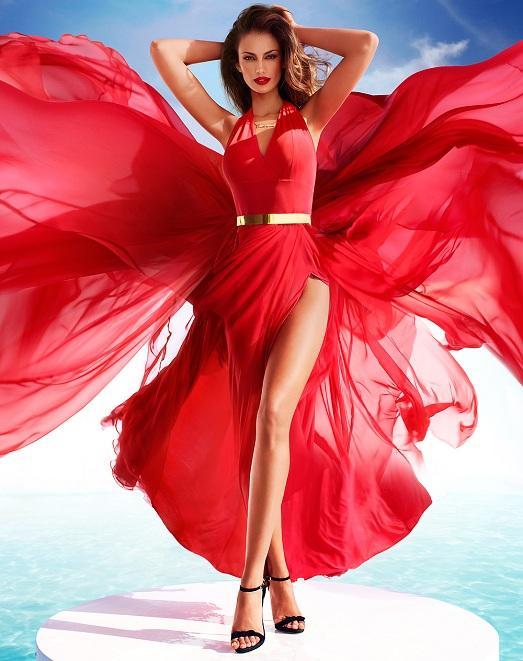 в яркой одежде женщина прекрасна