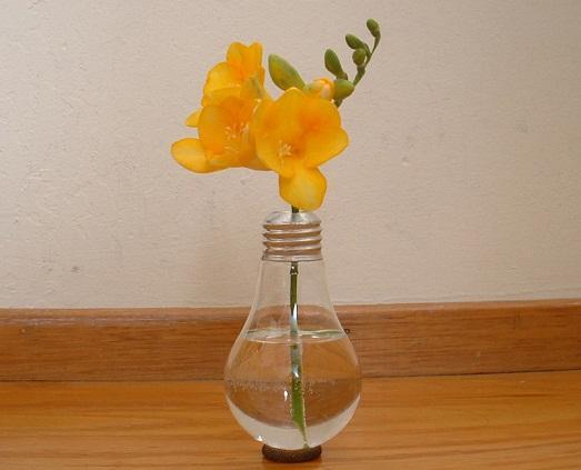 Даже из лампы можно сделать вазу