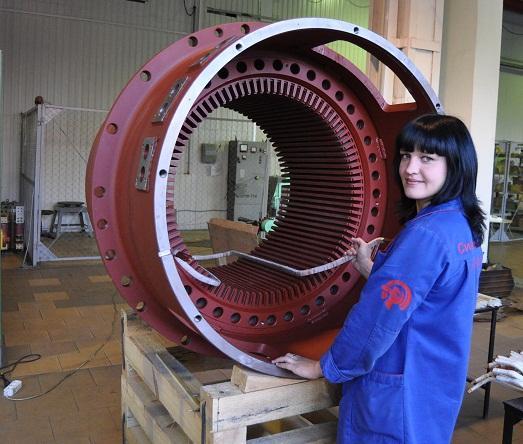 Девушки тоже могут работать на заводе