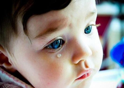 Почему маленький ребенок плачет?