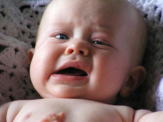 Маленькая кроха плачет.