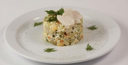 Традиционный салат оливье.