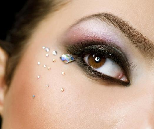 Камни преобразят даже самый обычный макияж