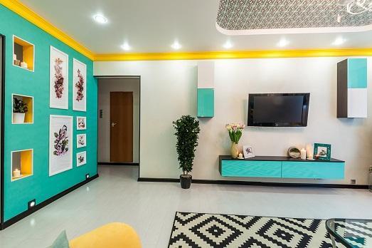 Яркие цвета украшают комнату