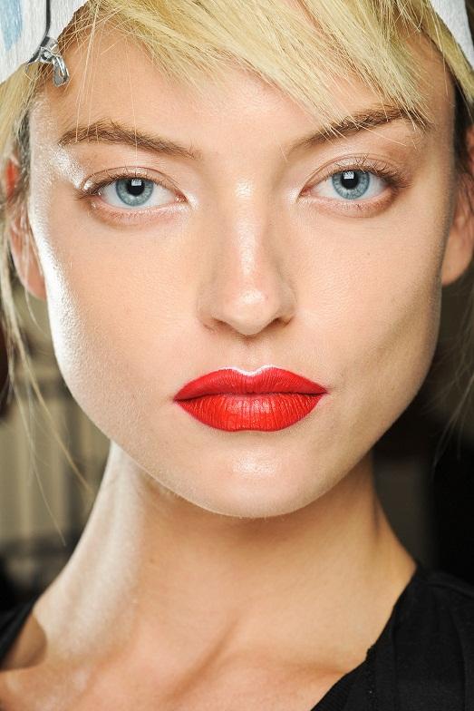 Дизайнер выбирает стиль макияжа