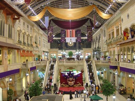 Торговых центров очень много