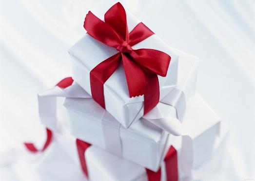 Украшает подарок