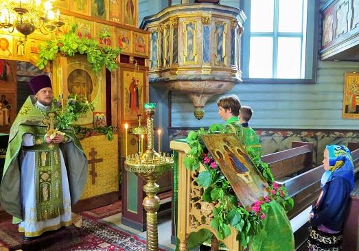 Храмы украшают цветами