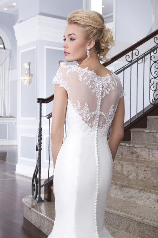Также для модных свадебных платьев 2015 года характерно наличие рукавов (длинных или 3/4), которые выполняются из легкой