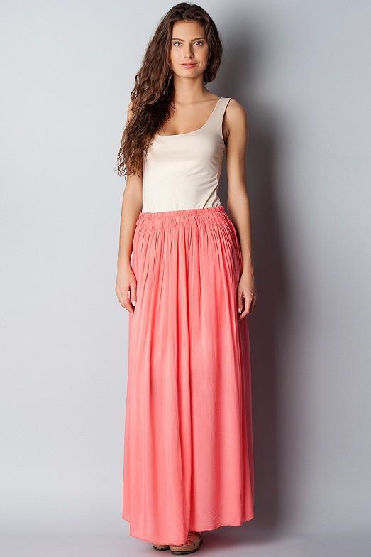 Коралловая длинная юбка с чем носить