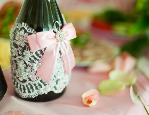 Как оформить бутылки с шампанским на свадьбу? (11 фото)