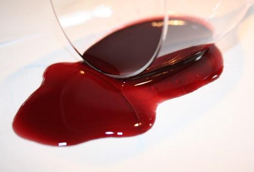 Чем реально отстирать красное вино?