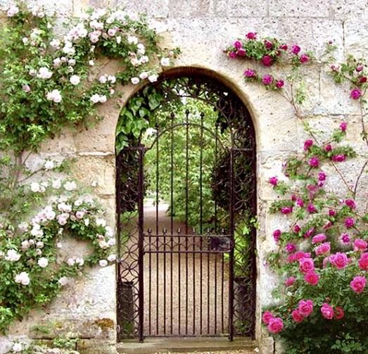Интересные варианты садовых калиток в дизайне участков