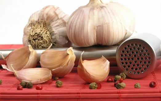 Как быстро убрать неприятный запах чеснока?