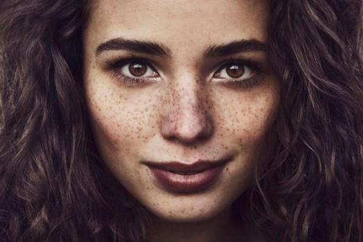 Секреты безупречного макияжа для девушек с веснушками