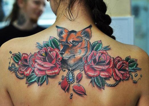 Примеры ярких татуировок на женской спине