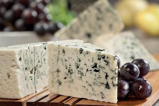 сыр с плесенью и виноградом