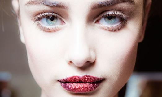 Яркий макияж губ с глиттером