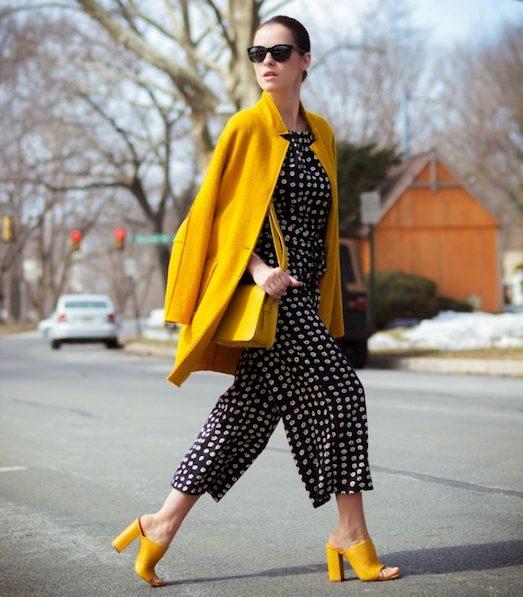 С чем модно носить яркие мюли?