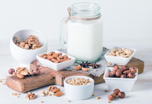 Замените коровье молоко на растительное:миндальное, кокосовое, молоко из фундука или кешью.