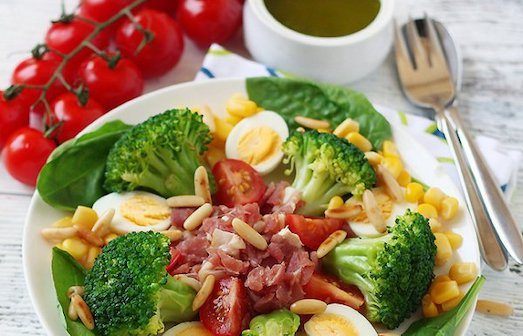Как приготовить полезные салаты из брокколи?